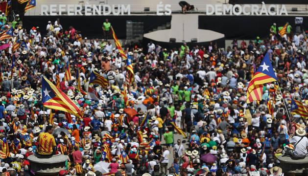 Miles de personas, en Montjuïc en Barcelona.