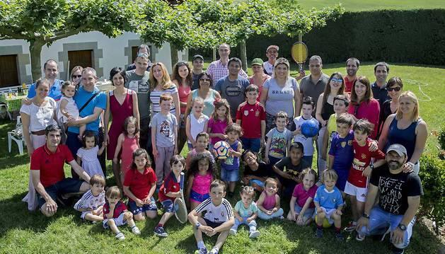Cinco familias de Pamplona y siete de refugiados (América Latina y Europa del Este), en el encuentro celebrado en Labiano.