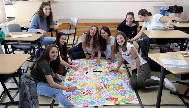 Los alumnos que han aprobado todo hacen actividades en el centro o se quedan en casa. En la foto, estudiantes del colegio San Ignacio (Jesuitas) trabajan un proyecto sobre igualdad.