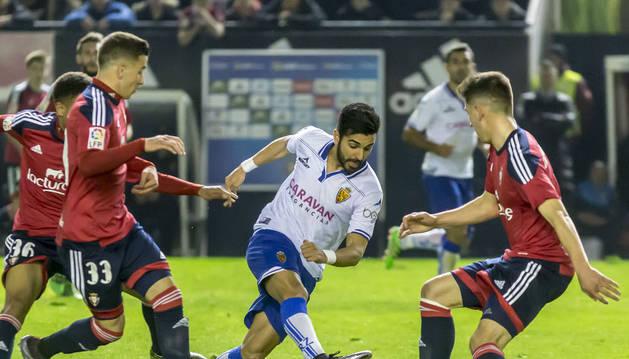 Ángel Rodríguez, rodeado de rojillos en el pasado Osasuna-Zaragoza de la temporada 2015-16 en El Sadar.