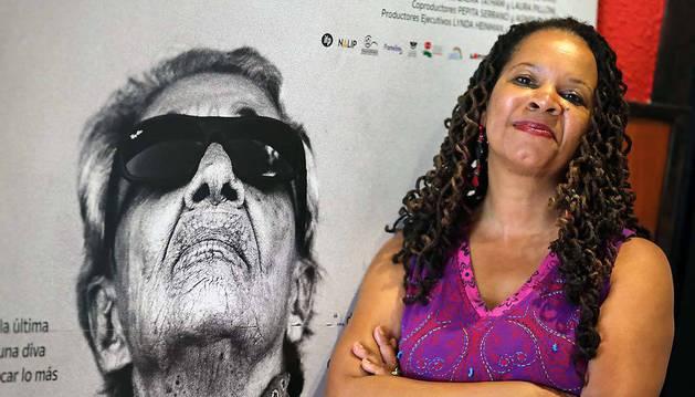 Daresha Kyi, ayer, junto al póster de la película Chavela, en los cines Golem Baiona de Pamplona.