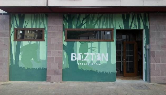 Detalle de la entrada del local de 'Escape room' en la zona de Baztan berri, de Elizondo.