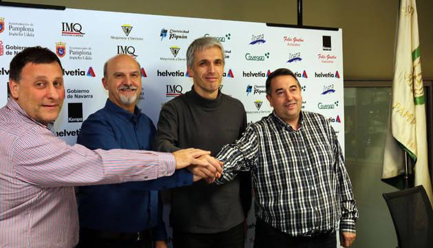 De izquierda a derecha: Javier Labairu, Iñaki Azcona, Juanto Apezetxea y Ramiro Díaz el día de la presentación del técnico.