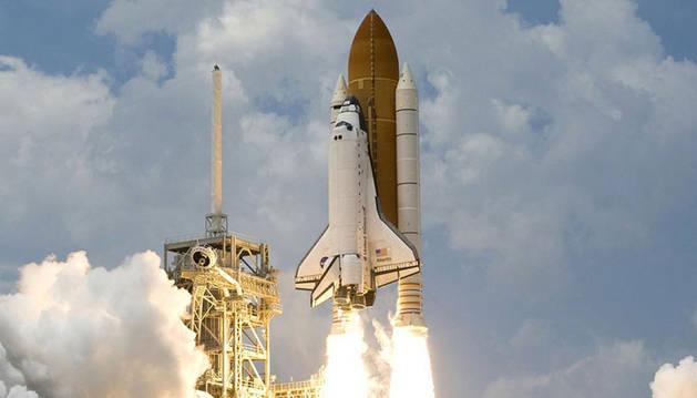 foto de un cohete despegando