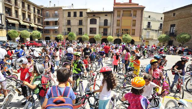 Foto de el alumnado cubrió con la bicicleta el trayecto entre el colegio y la plaza de los Fueros.