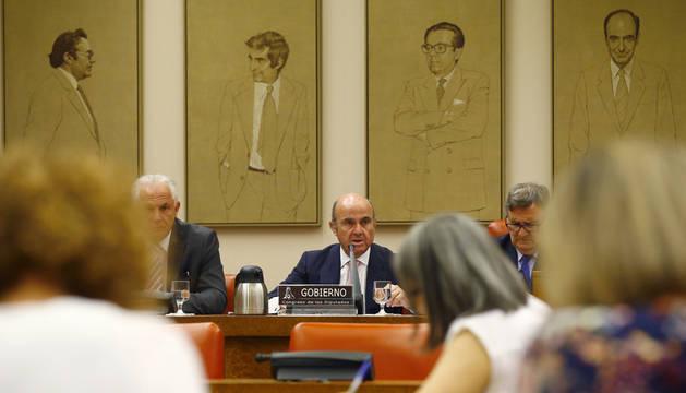 El ministro de Economía, Luis de Guindos, durante comparecencia a petición propia ante la Comisión de Economía del Congreso.