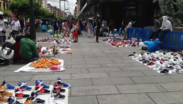Foto de puestos de venta ilegal en Carlos III los pasados Sanfermines.