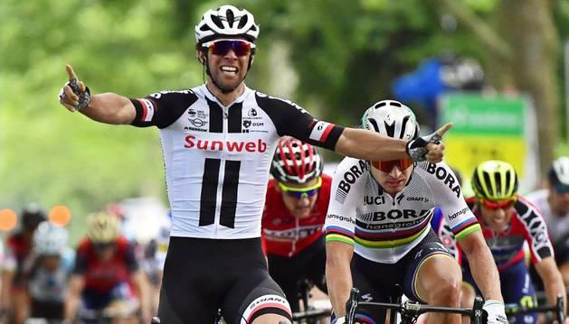 Michael Matthews celebra su victoria en la tercera etapa de la Vuelta a Suiza