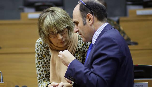 Virginia Alemán conversa con Manu Ayerdi durante un pleno del Parlamento foral.