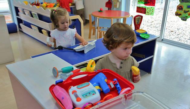 Imagen de dos niñas compartiendo juegos en la escuela infantil Donibane en una imagen de archivo.