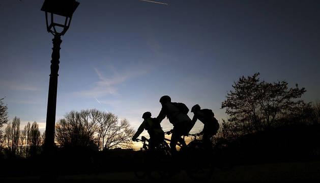 Ciclistas circulan por el paseo del Arga, en Pamplona, en una imagen de archivo.