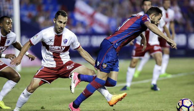 Jason disputa el balón con el jugador del SD Huesca, Aguilera