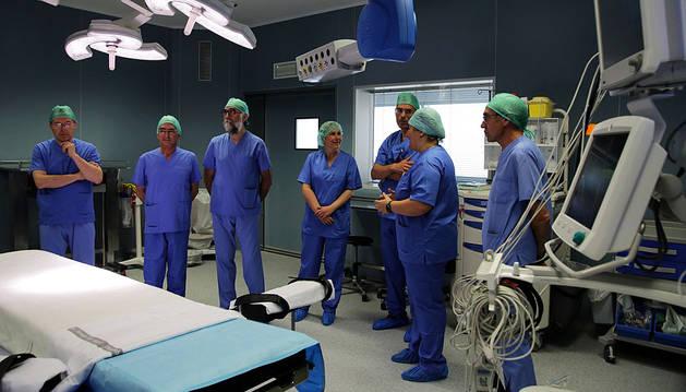 Imagen de la visita de la presidenta de Navarra y del consejero de Salud a los nuevos quirójanos.