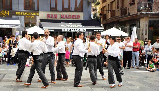 Actuación de danzaris durante la fiesta el año pasado en Peralta.