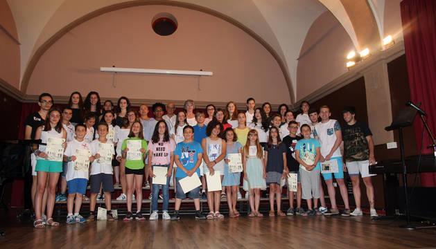 Los alumnos de la Escuela-Conservatorio que han finalizado sus estudios de 1º y 2º ciclo, y enseñanzas profesionales posan con sus diplomas.
