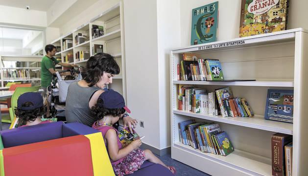 Los primeros usuarios de la biblioteca fueron algunos menores que presenciaron la inauguración.
