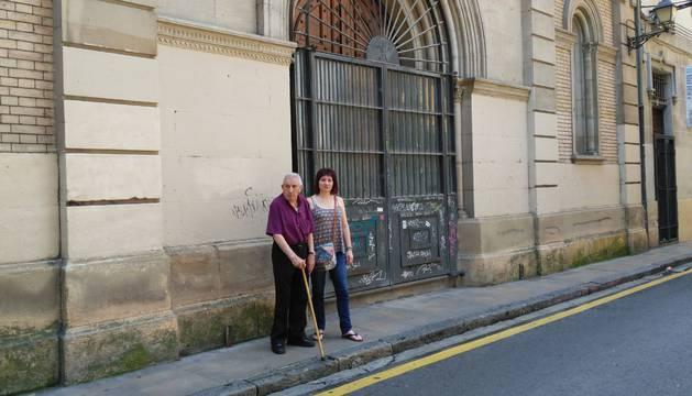 José Luis Fuertes Calvo, acompañado de su hija Isabel Fuertes González, en la puerta de la capilla del antiguo convento de las Salesas, donde se cayó y rompió la clavícula derecha.
