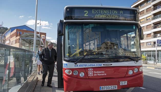 Usuarios de la línea 2 del Tierra Estella Bus que conecta con las urbanizaciones de Irache.