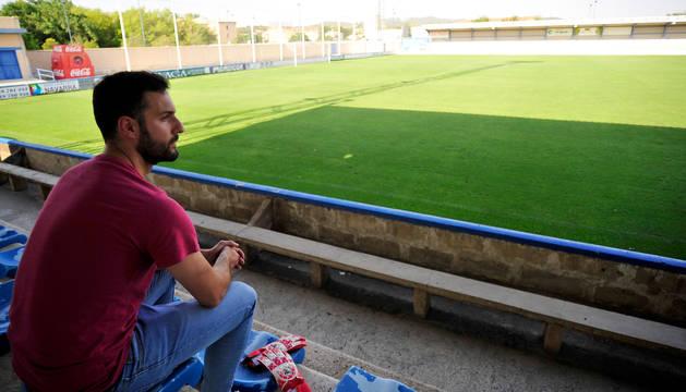 Íñigo Calvo mira al césped desde la grada del Estadio San Francisco (Tafalla), donde el pasado sábado vivió un partido lleno de emociones.