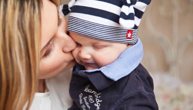 Imagen de un bebé con su madre.