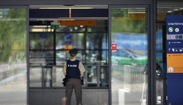 Una policía custodia la entrada de la estación donde sucedió la agresión