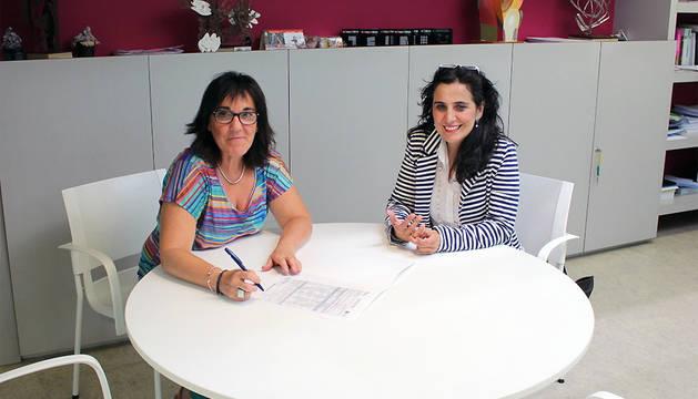 La subdirectora de Juventud, Adela González y Charo Apesteguía, técnica deTierras de Iranzu.