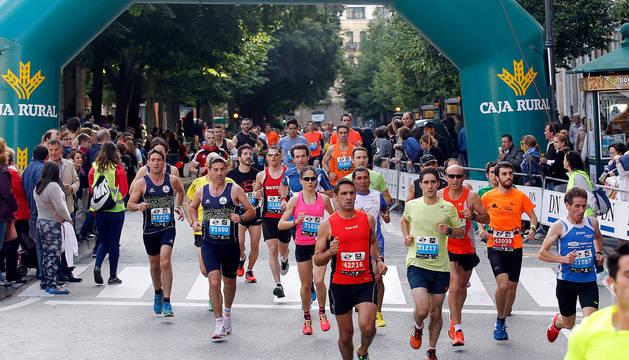 Cerca de 3.000 corredores -de ellos, más de 340 inscritos en la distancia 'reina' del maratón- tomarán por unas horas las calles de la capital navarra en la cuarta edición del EDP San Fermín Marathon .