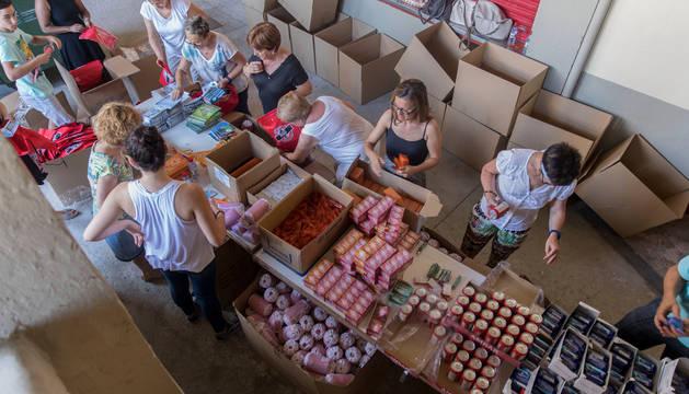 Decenas de voluntarios -la mayoría  de Fundación Bonal- acudieron el pasado miércoles a la Plaza de Toros para montar la bolsas del corredor.