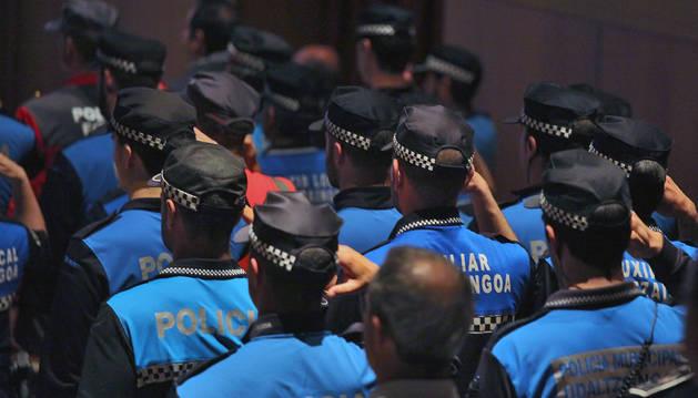 Agentes de las policías locales de Navarra hacen el saludo reglamentario en un acto.