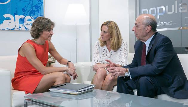 La ministra García Tejerina, con Beltrán y Pérez Lapazarán, ayer.