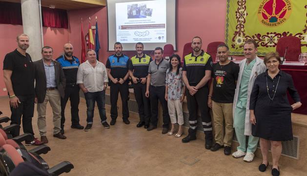 Gerardo Irisarri Latasa (el cuarto por la izquierda), acompañado a su derecha por el agente Daniel Chocarro Maestrojuan, y Luis Elizalde Esteban (el sexto por la derecha) junto a los policías municipales Iñaki Carranza Enériz (a su izquierda) y Javier Cuevas Azcona (dos puestos a su derecha).