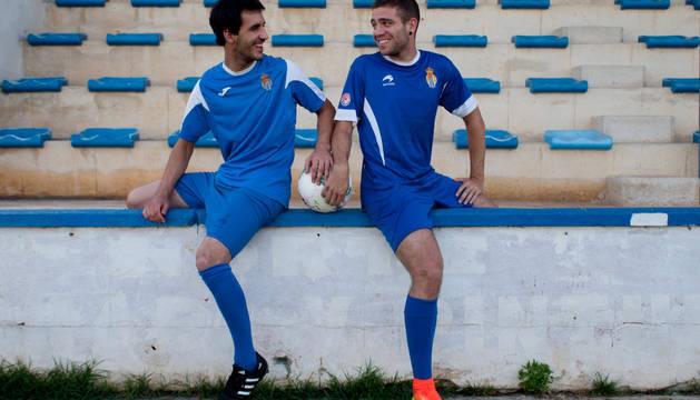 Xabier Calvo (izquierda), con la camiseta actual de la Peña Sport, junto a Joseba Ibáñez, con una camiseta antigua, en el San Francisco.