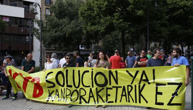 Trabajadores de la planta de Orkoien, ante el Parlamento foral