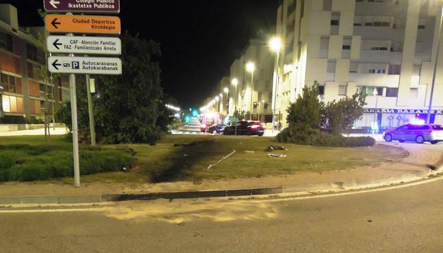 El coche atravesó una de las rotondas de la avenida de Reino de Navarra, en Sarriguren.