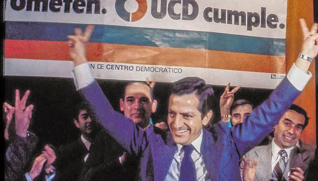 Adolfo Suárez celebra su victoria en las primeras elecciones democráticas.