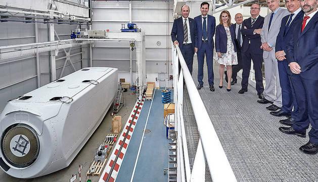 Manu Ayerdi e Izaskun Goñi, junto a directivos de la compañía Nordex Acciona Windpower.