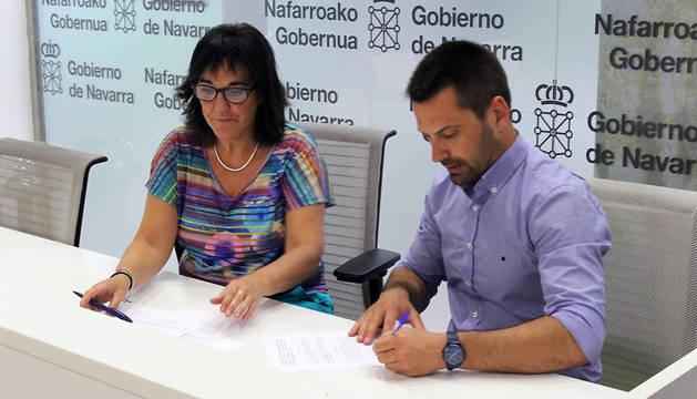 Adela González, dubdirectora de Juventud, con Ramón Urdiáin, apoderado de CNAI, en la firma del convenio.