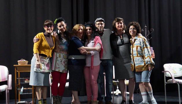 Las protagonistas de la obra, con el director del grupo, Ion Barbarin.