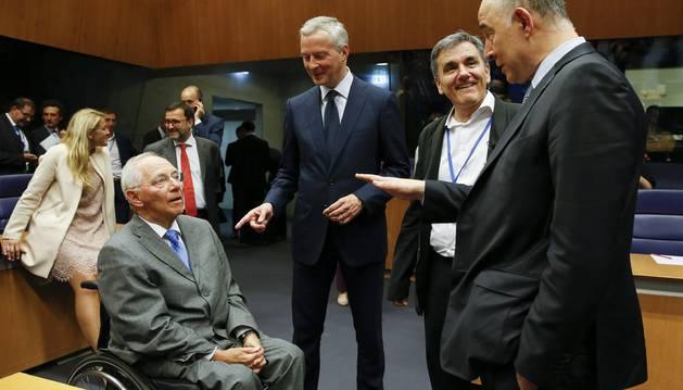 Foto del ministro alemán de Finanzas, Wolfgang Schäuble, con sus homólogos francés, griego y europeo, en Luxemburgo.