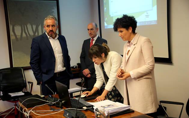A la derecha de la imagen, la presidenta de Comptos, Asun Olaechea, en su comparecencia de Ultzama.