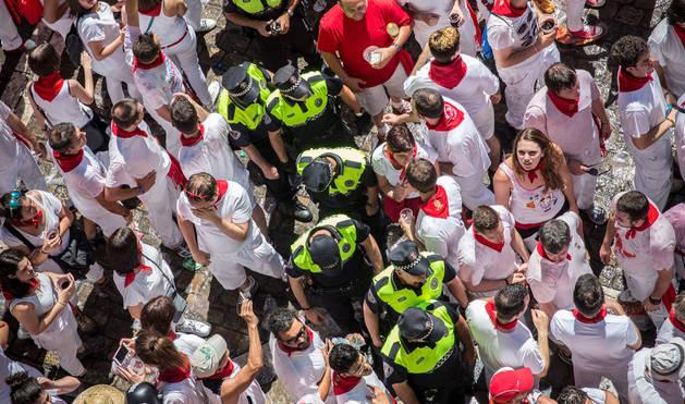 Foto de los agentes de Policía Municipal de Pamplona, durante un operativo con motivo del chupinazo de inicio de San Fermín.