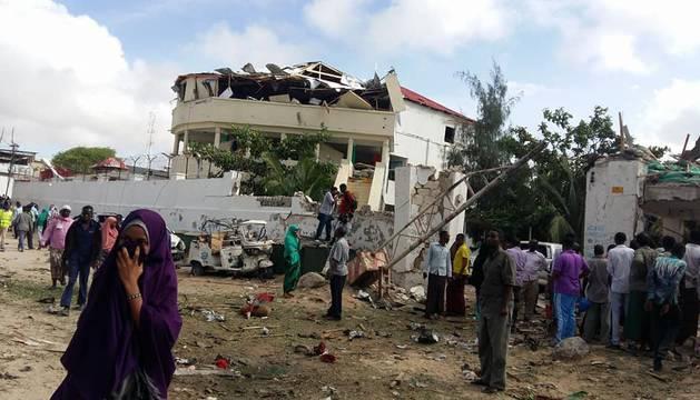 El estado en el que quedó la puerta del hotel donde se inmoló el suicida, dando inicio al ataque