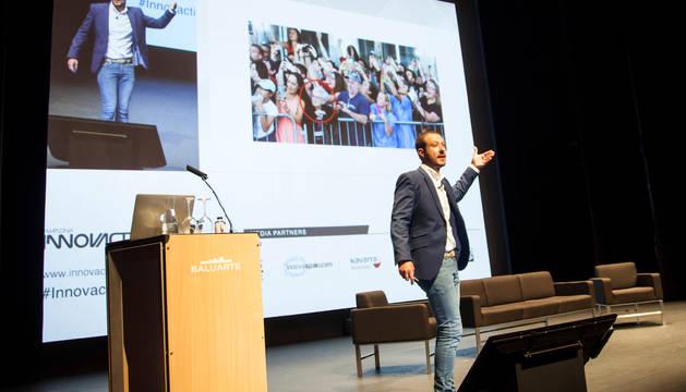 Foto de Juan Merodio, experto en marketing y transformación digital, en su ponencia.
