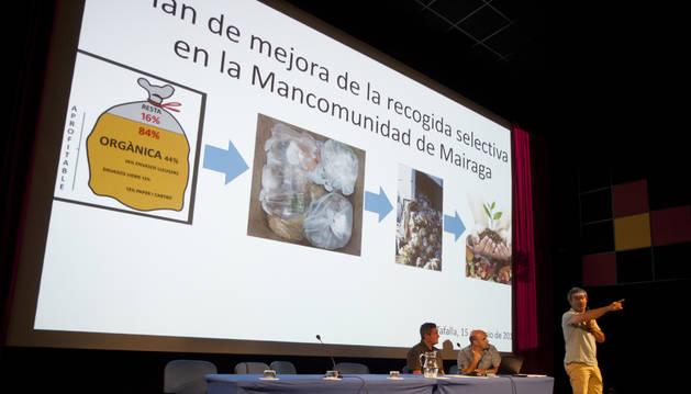 Un momento de la presentación del plan de mejora de recogida selectiva de Mairaga a los alcaldes.