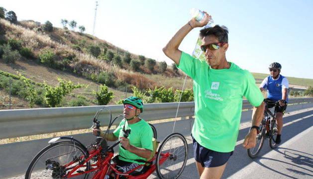 Foto de corredores en una de las etapas en tierras andaluzas.