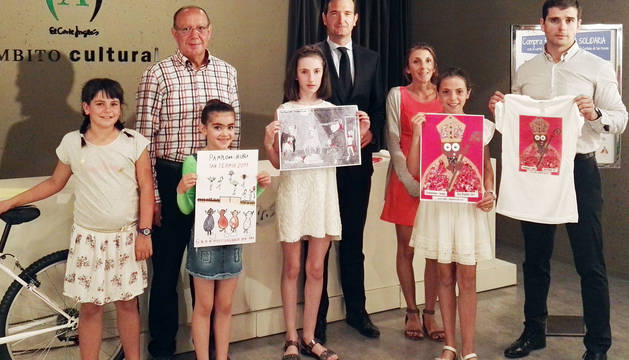 La ganadora, a la izquierda, junto con el resto de premiados y los patrocinadores del concurso.