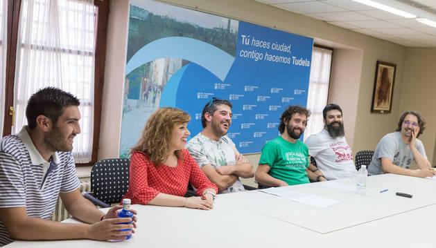 De izquierda a derecha, Martín López (peñas), la concejal Silvia Cepas (PSN), Iñaki Arriazu (peñas); el concejal de Festejos, Iñaki Magallón (I-E); Sergio Romero (peñas) y el concejal de Tudela Puede Dani López, durante la rueda de prensa de ayer.