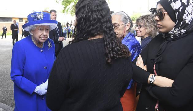 La reina Isabel II se reúne con residentes de la torre Grenfell en Londres.