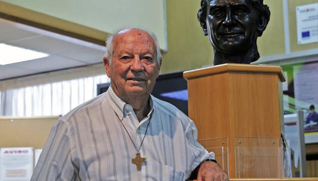 Foto del misionero Valerio Zudaire con la escultura de los salesianos, San Juan Bosco.
