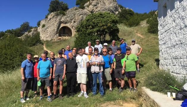 Los asistentes ayer a la romería de San Gervás posan a mil metros de altitud en la cima de Montejurra, donde el concejal Pablo Ezcurra  anunció el cartel de la feria taurina de Estella 2017.